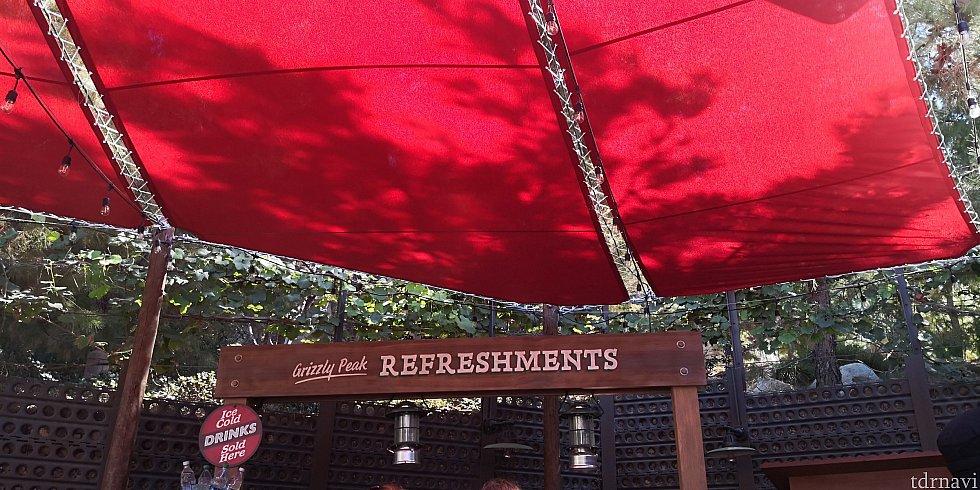 赤いテントが目印です。