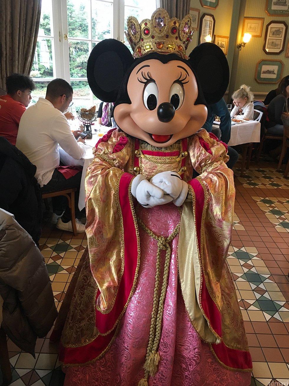 ミニーちゃんは豪華なドレスで。少々アラビア感が入っているのは気のせいでしょうか