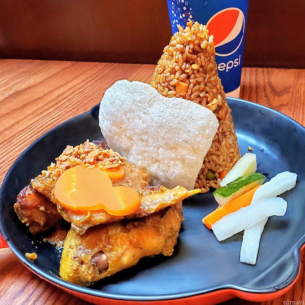 チキンが2ピースに炒飯のセット。ピーナツ味の味噌が添えてあり、マレー風でこれまた旨し😋