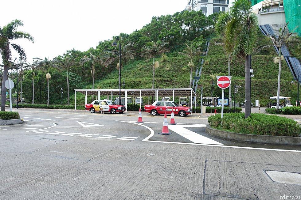 ホテルの近くにタクシープールがあるので、すぐにタクシーがやってきます。