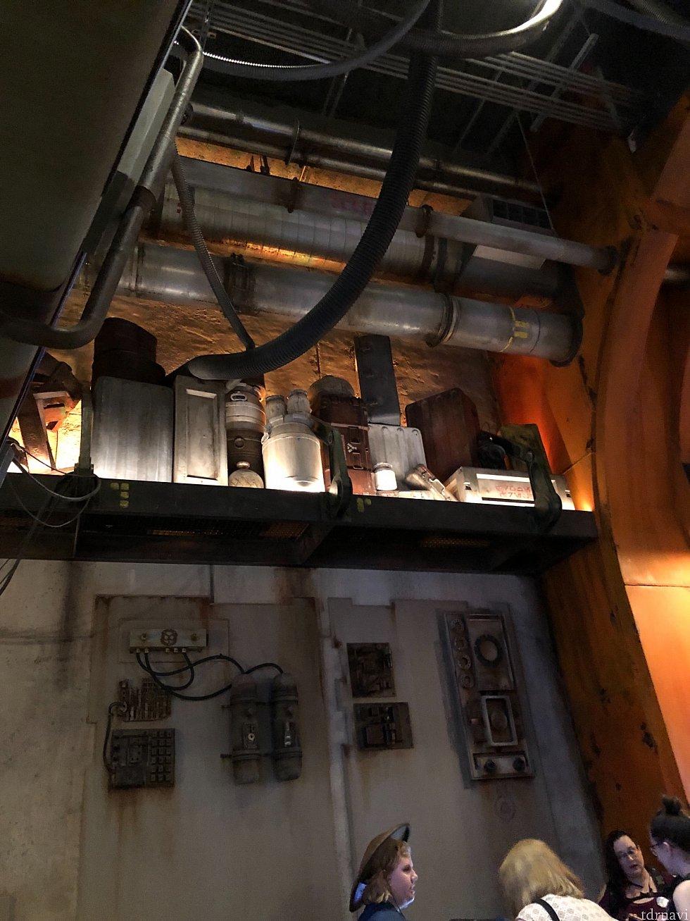 その代わり、天井の高い店内には色々なプロップが飾られているところはギャラクシーエッジ内のレストランならでは。