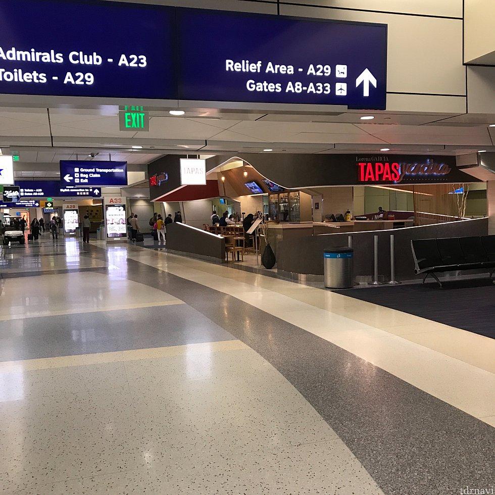 目的のゲートに辿り着いたらあとは待つだけ♪ ダラス空港は、ターミナル自体は割と広いですが、スカイリンクがある為に移動がとても楽です。
