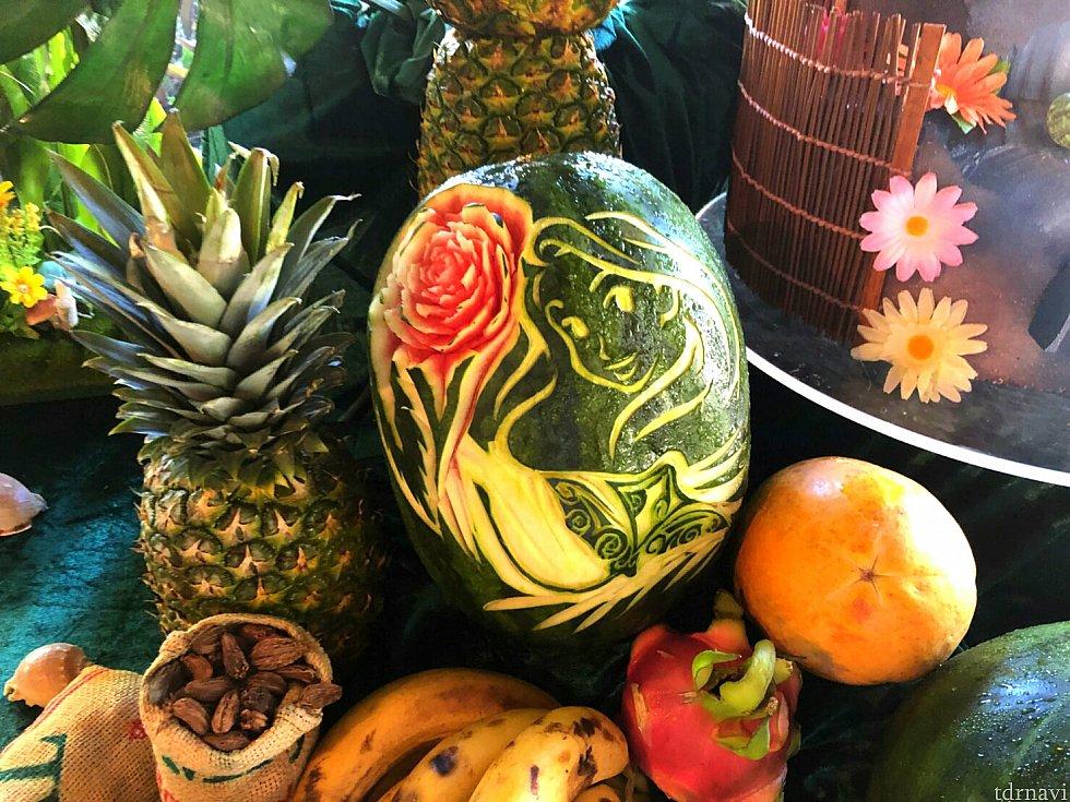 スイカにモアナとエイのアートが彫られてました。