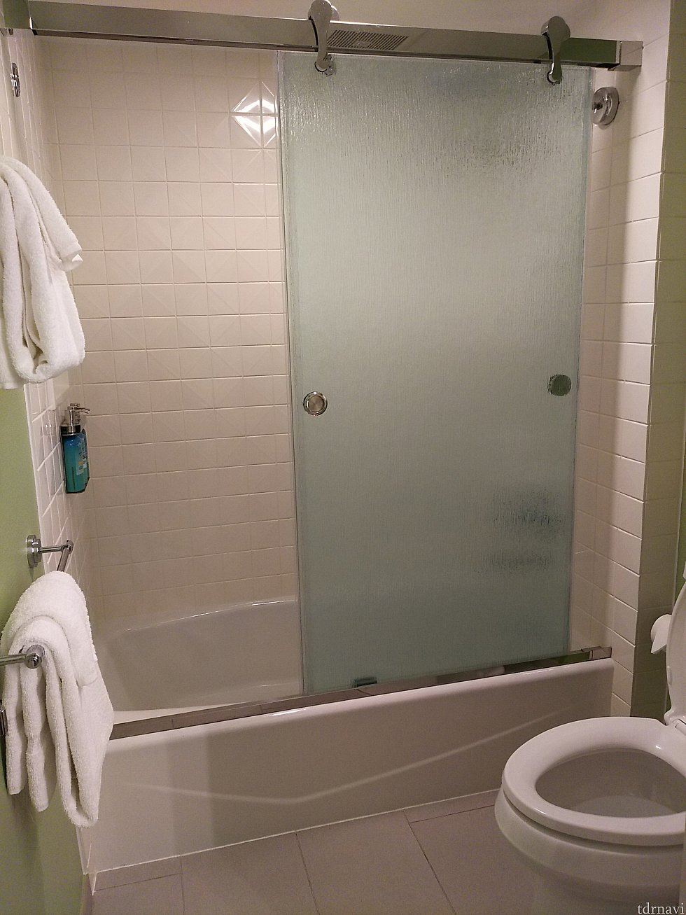 バスルームも明るくなった印象。タオルは右側、トイレの上にも置いてあるので、充分な量あります。