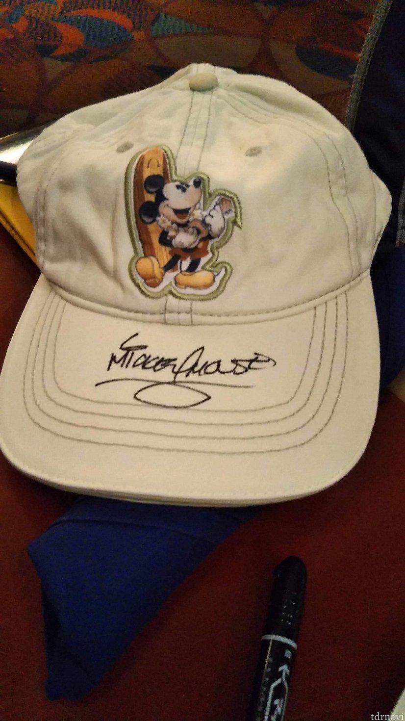 アウラニの帽子にサインしてもらいました。 サイン帳はもう数冊分あるので、ディズニーグッズに直接サインしてもらったら思い出になってよいのではないかと思い、今回はマジックペンを持参してきました。