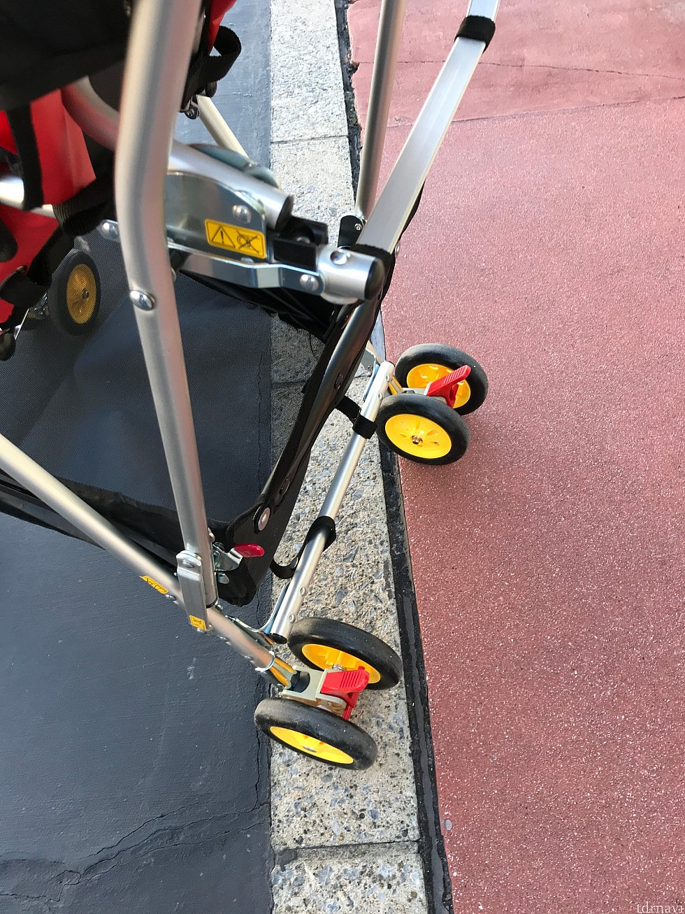 後部車輪の上(荷物入れの横)のレバーを押すと折りたたむことができます。