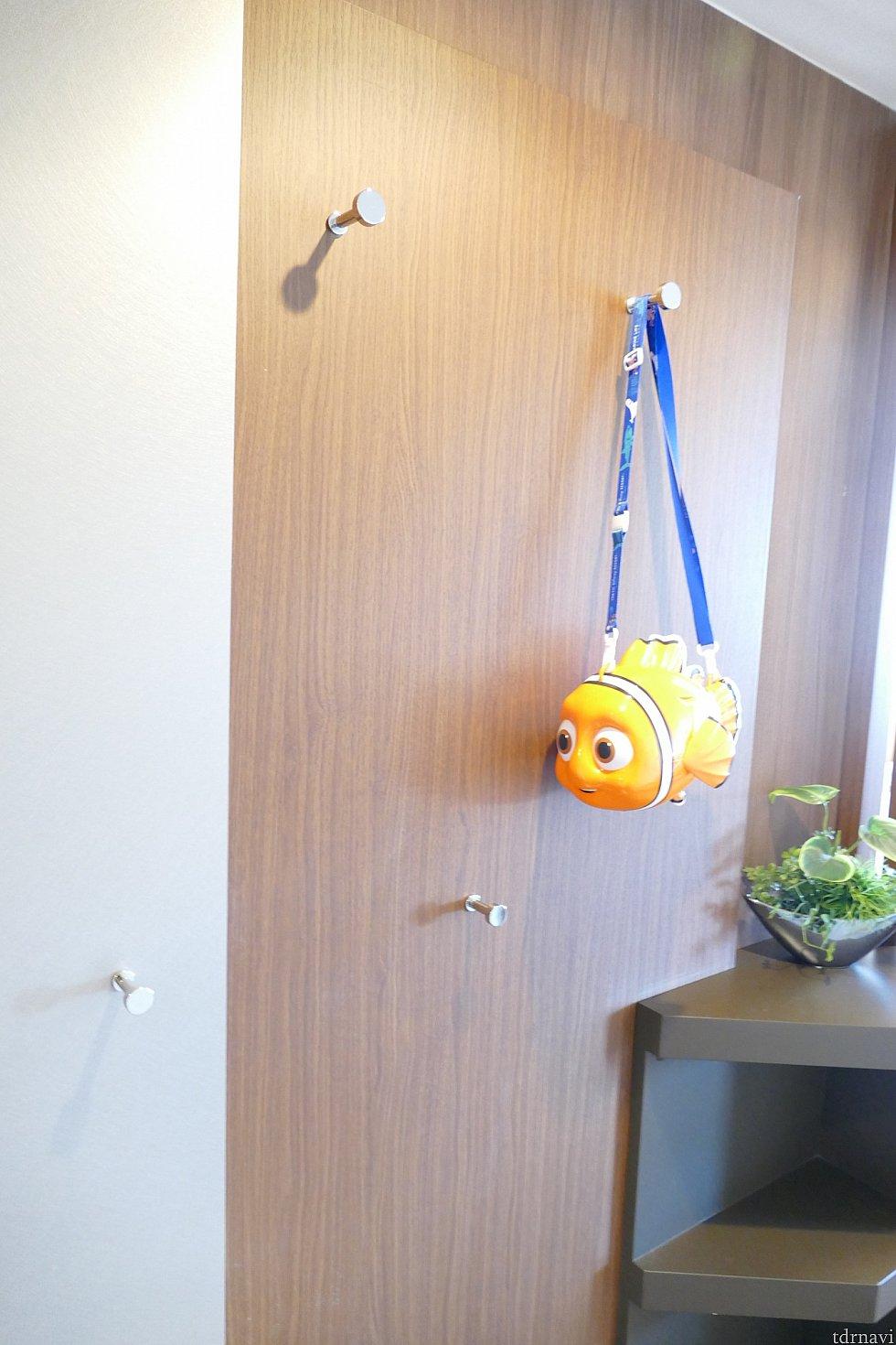 部屋を入ってすぐの壁<br> フックたくさん<br> 荷物ガンガン掛けれます