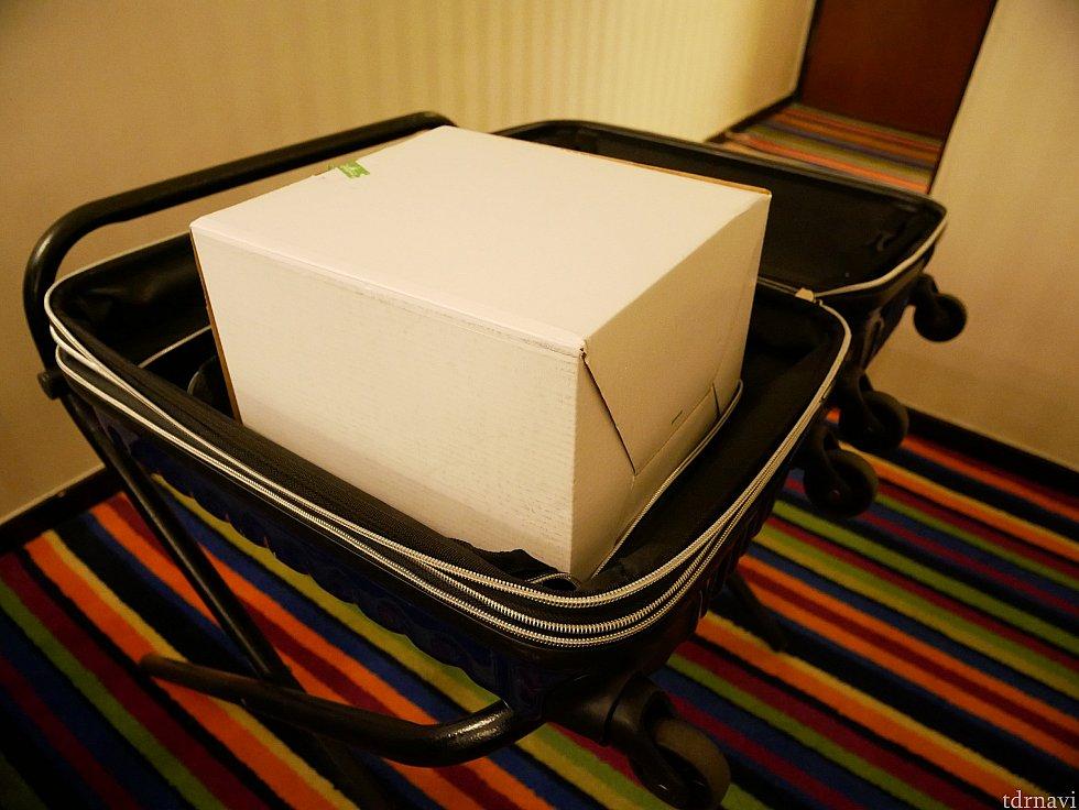 機内持ち込み用のスーツケースだと、他のものが何も入らなくなりそうです.... スーツケースを預けて、オブジェを手に持って帰るのが一番そう😅 私はホテルではスーツケースを拡張させてどうにか詰め込み、✈️では手荷物で持ち帰りました。