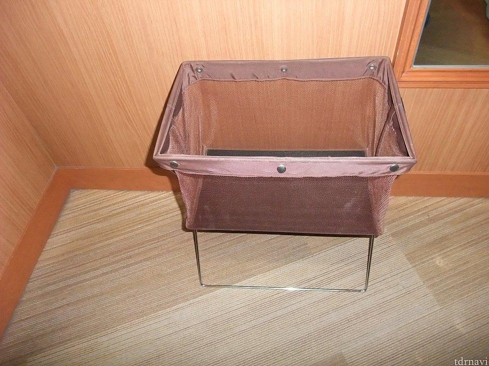 撮影室には、荷物を入れるカゴが置いてあります。