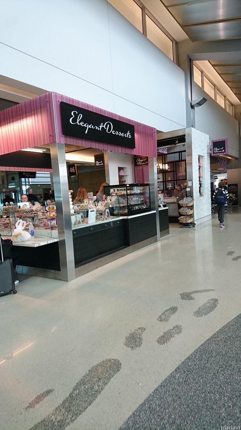 空港にはカフェやお菓子やさん、フードコートなどありました♪