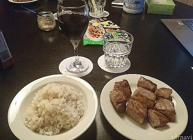 1ベットルームのフルキッチンがあれば、夕食も調理可能。publixで肉を買ってきて焼けば、ステーキ定食です。色々なところでお金がかかりますので、食事代の節約ができました。