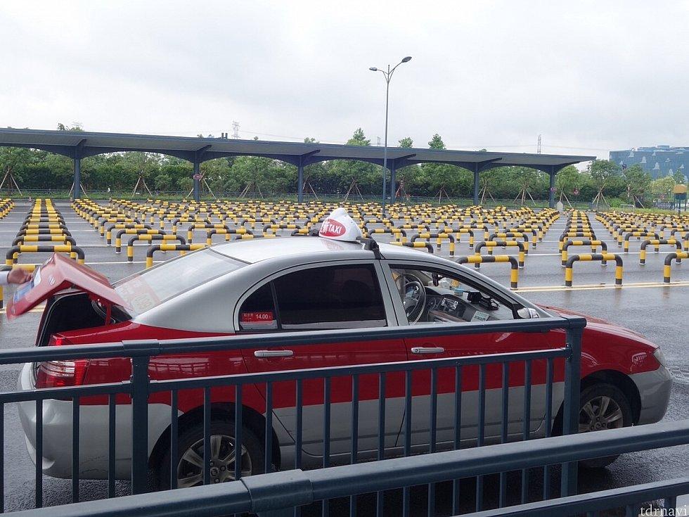 赤いタクシーに乗りました。