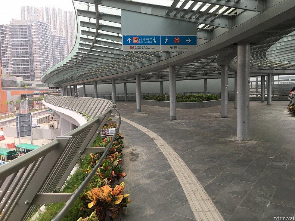西九龍駅バスターミナルは駅の建物とは離れているので、徒歩で向かいます。5分ほどかかるかな?