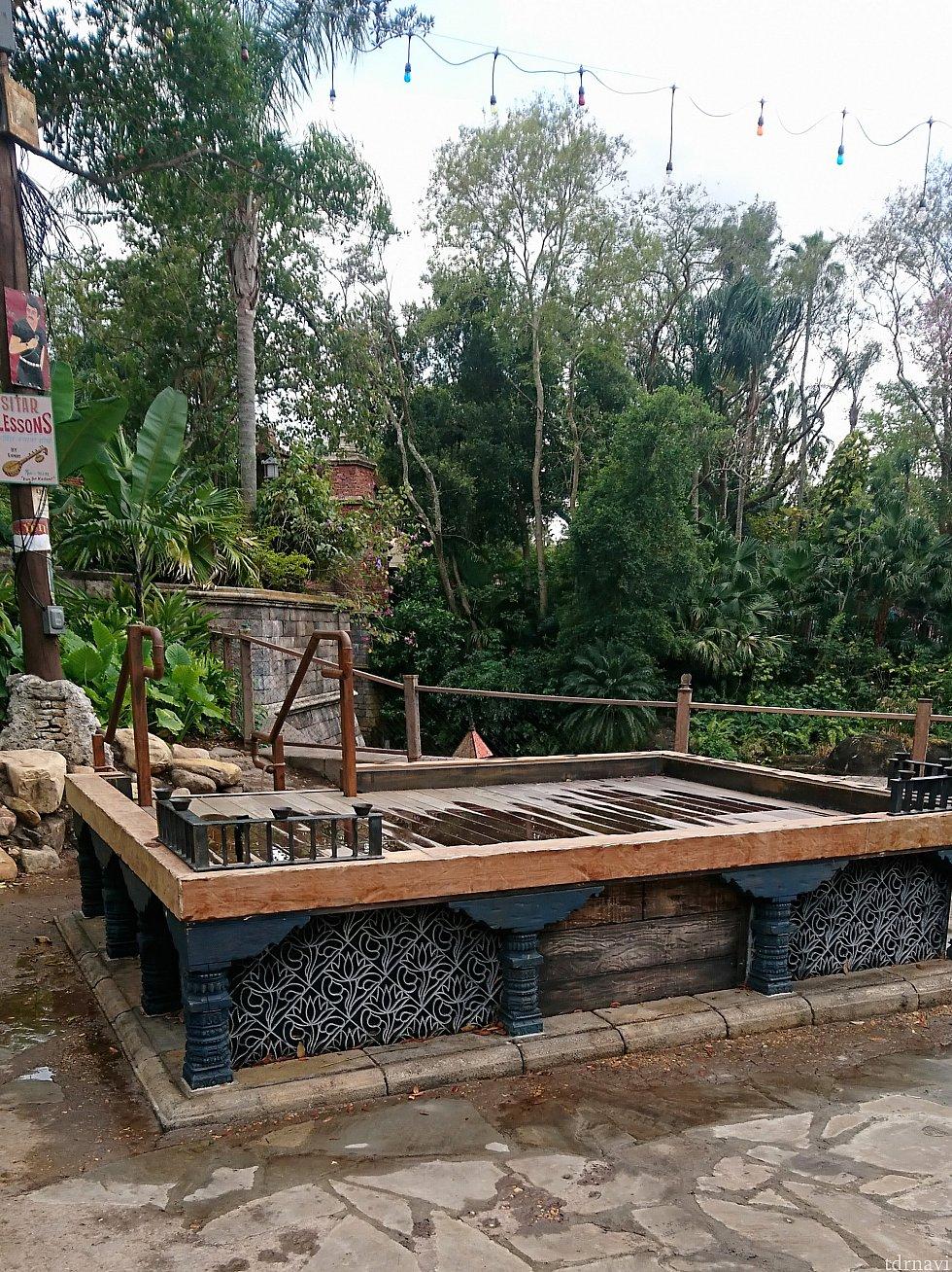 味のある木製のステージ。