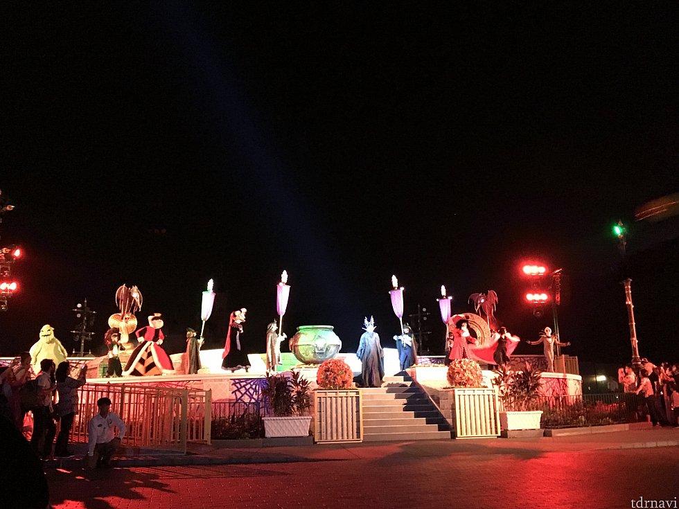 夜のパレードの城前ショー。天候がイマイチだとスルーされます。