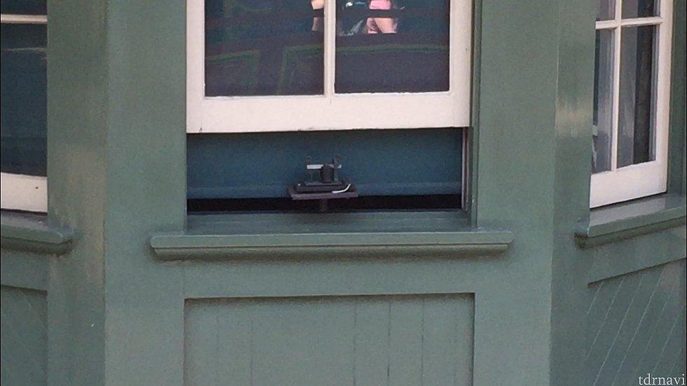 窓のところにあるこれが、モールス信号を出してるみたいです。