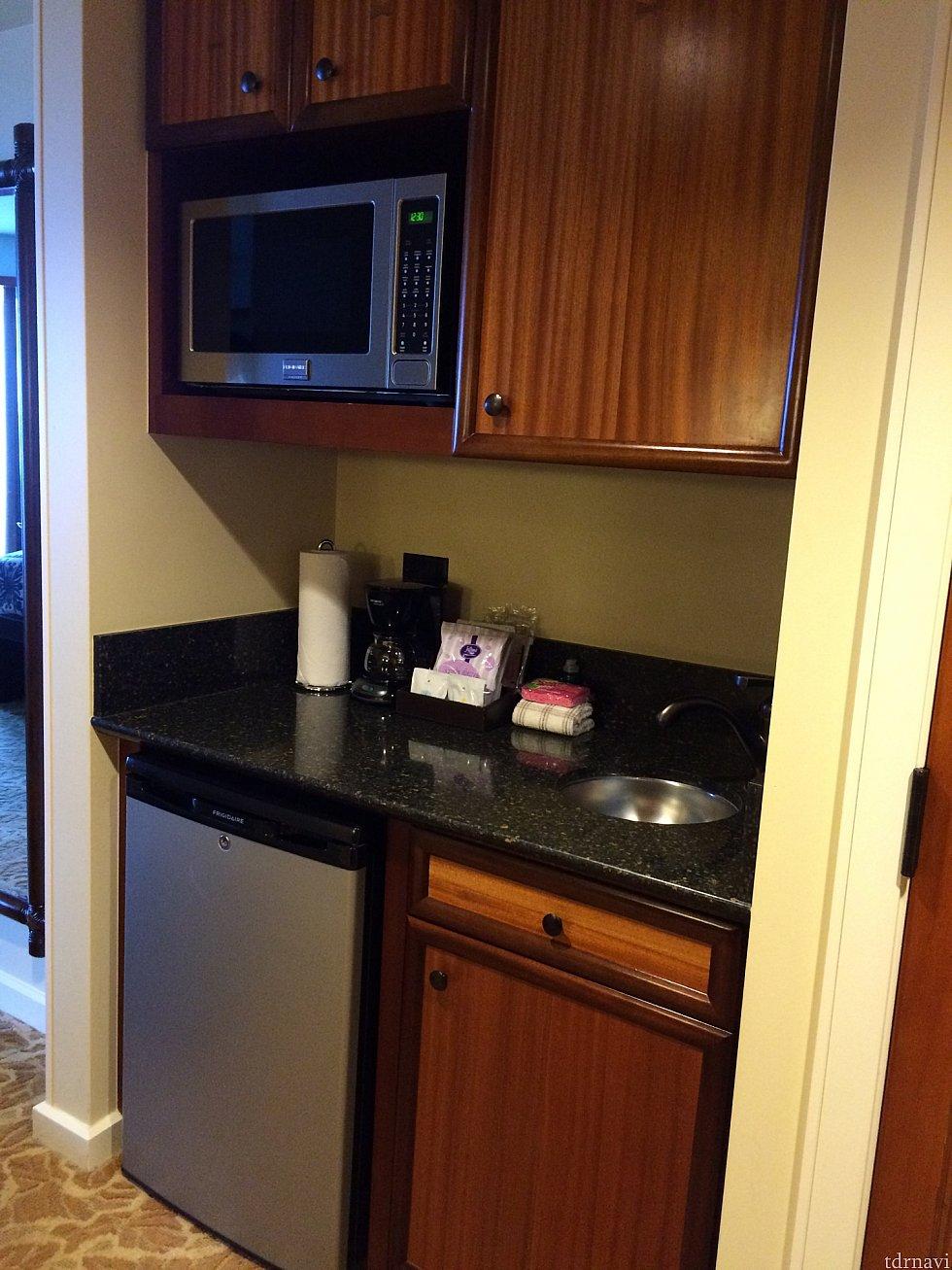【キッチン】電子レンジ・冷蔵庫・流しの下にゴミ箱が収納されています