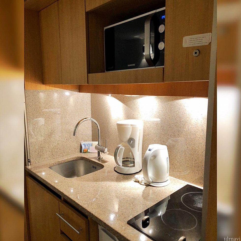 電子レンジ、ポット、冷蔵庫、 食洗機、お皿やカトラリーなど、 ひと通り揃っていて、 キッチンにもクローゼットがあり、 大変便利♪