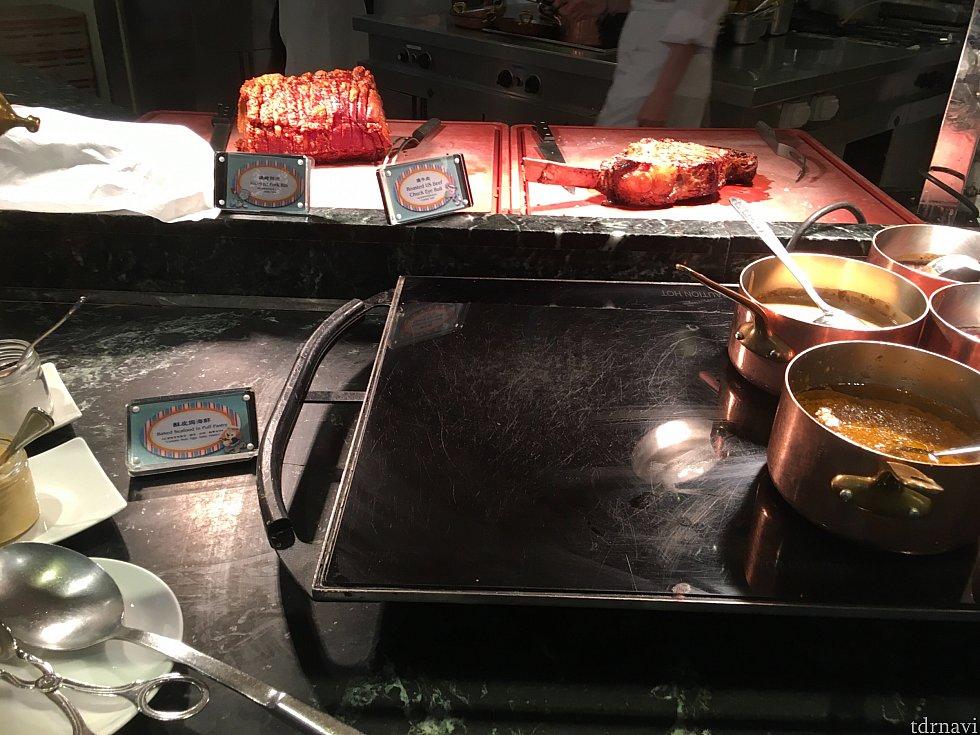 切り分けてくれるお肉も!リブにブラックペッパーソースが美味しかったですよ