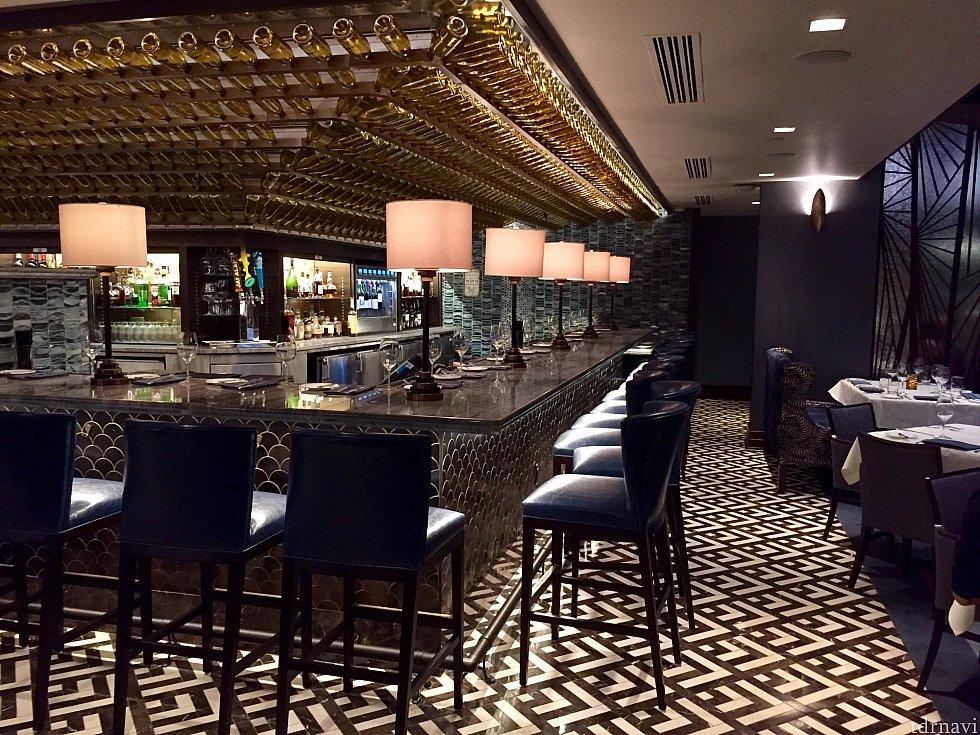 レストランの中のバー。予約が無くてもこちらの席が空いて入れば、ドリンクはもちろん、この席で食事も出来ます。