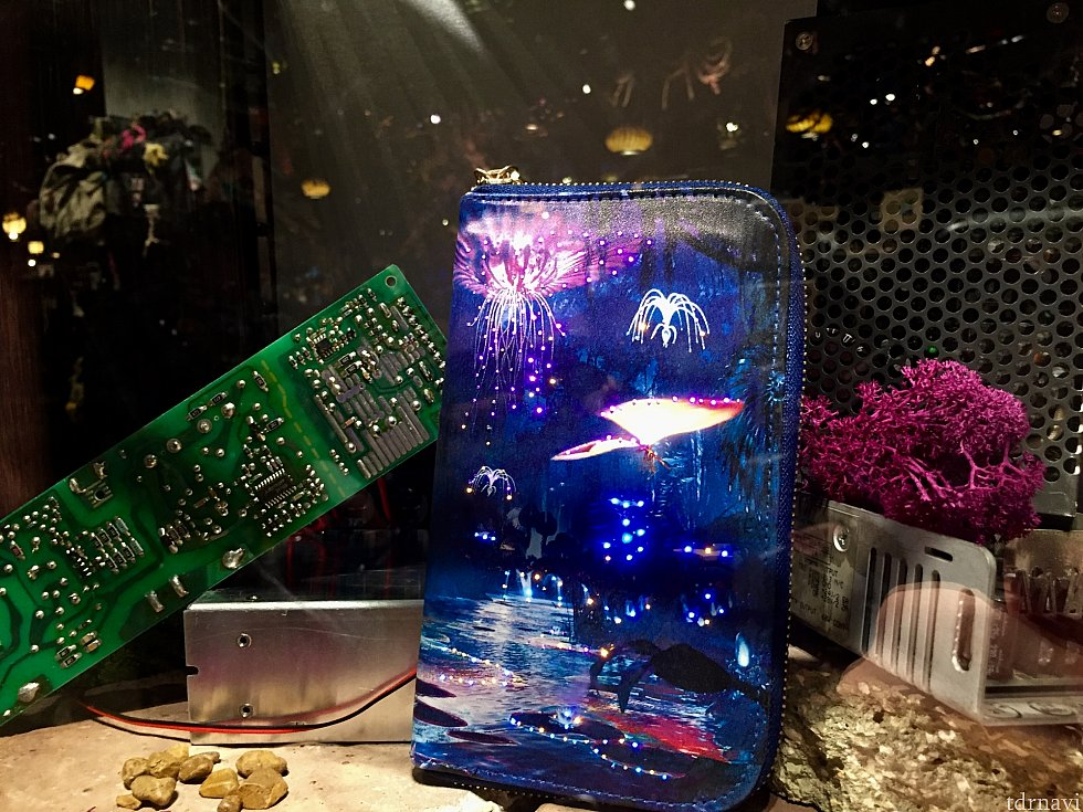 こちらの大きめの財布は光るんです。写真だと少しわかりにくいですが、結構綺麗でした。
