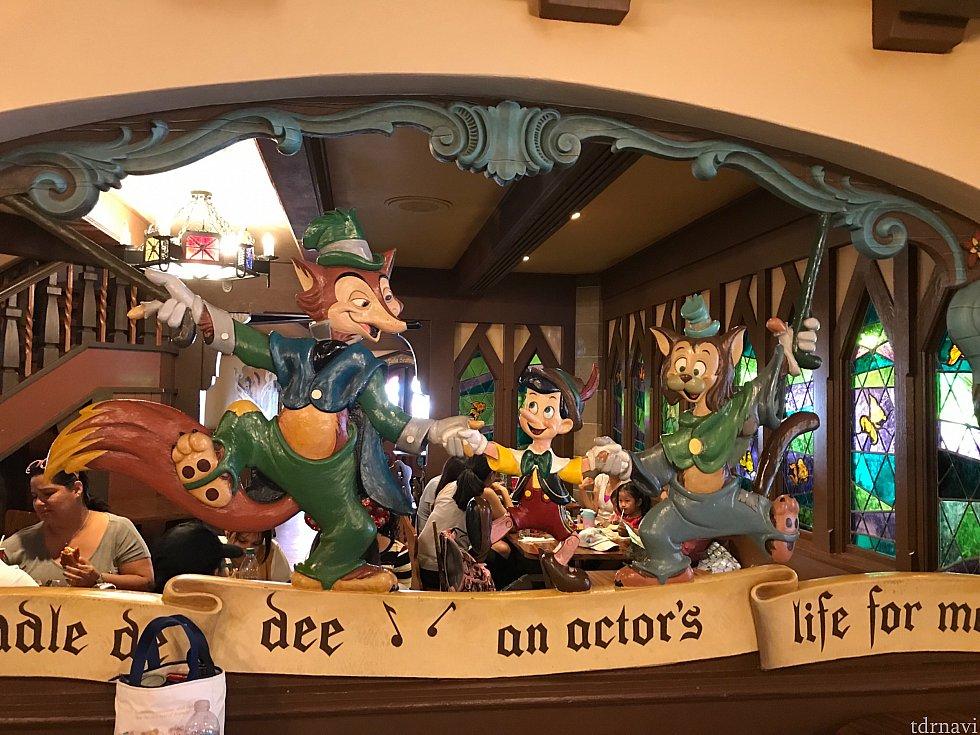 反対側にはピノキオ、フェロー様、ギデオンが😊💕右奥に見えるのが、クレオのステンドグラスです✨
