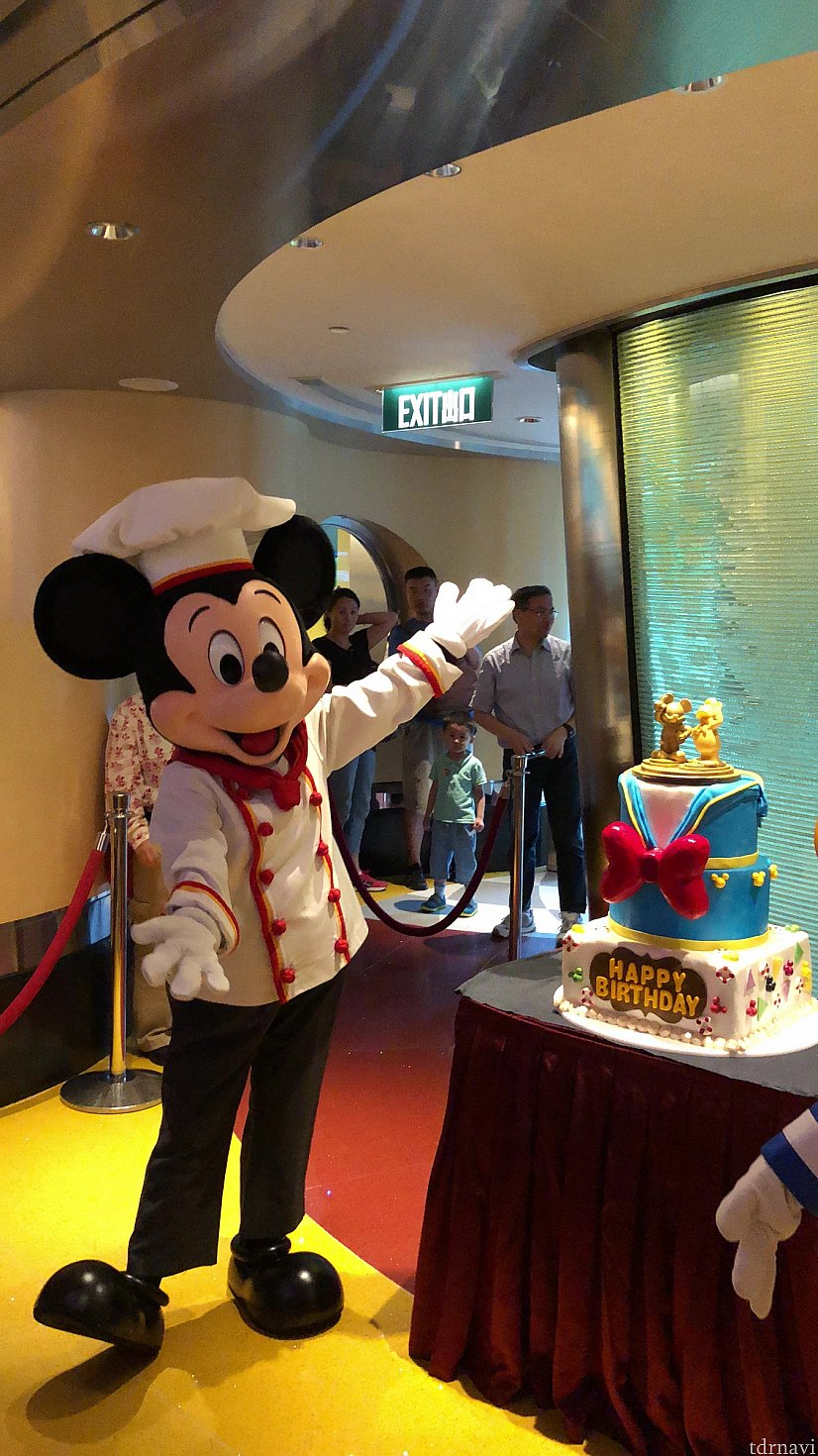 ミッキーもドナルドのバースデーをお祝いしに来ました!