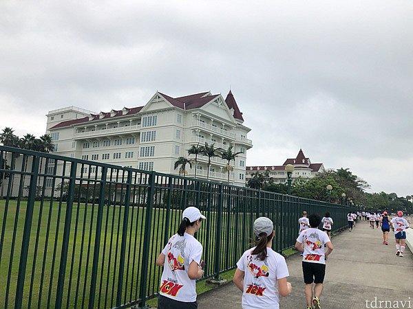 香港ディズニーランドホテルと南シナ海との間を走り抜けます。