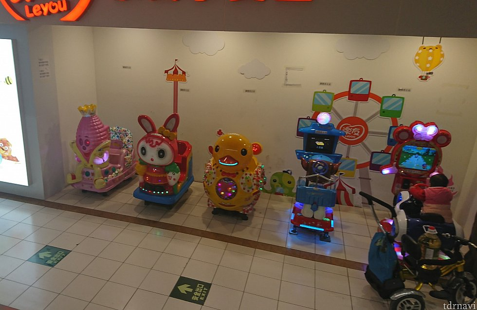 中国感あふれる怪しい見た目の乗り物。楽しそうに子どもが乗っていました。