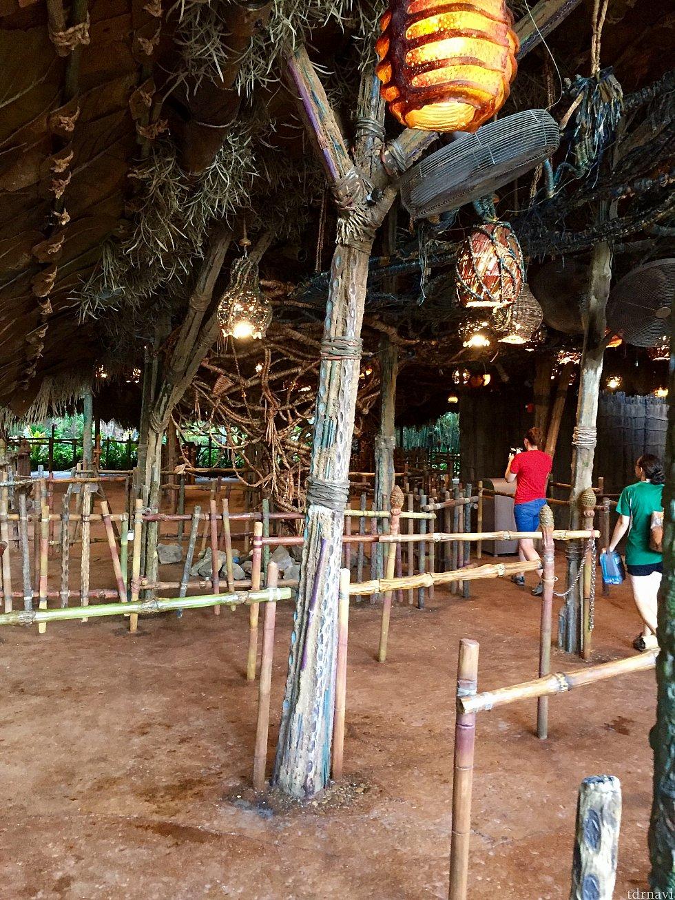 屋根のある部分は、原住民Na'vi 達の住居のような雰囲気です。