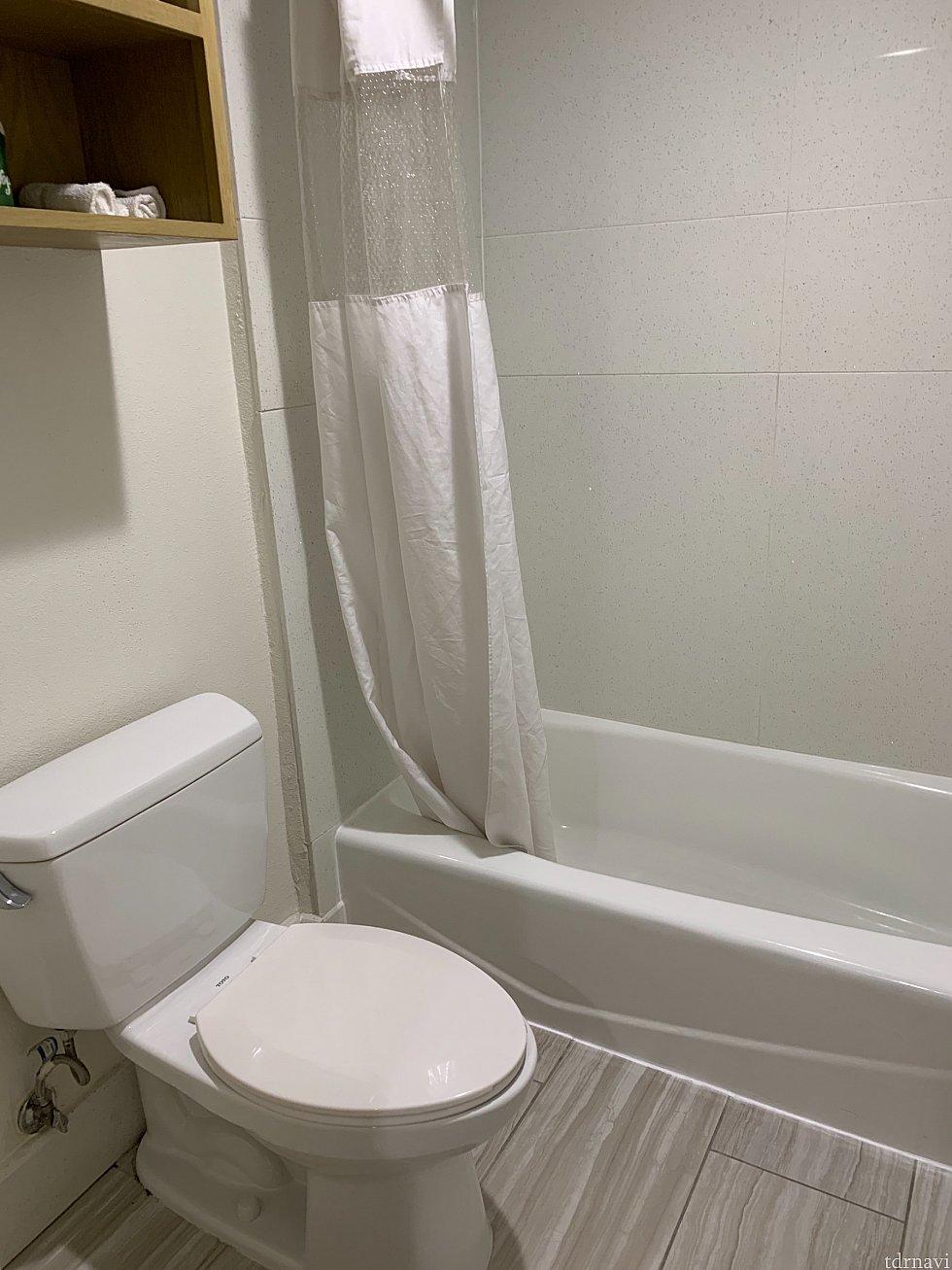 バスルームは広めで使いやすかったです。シャワーは固定式です。