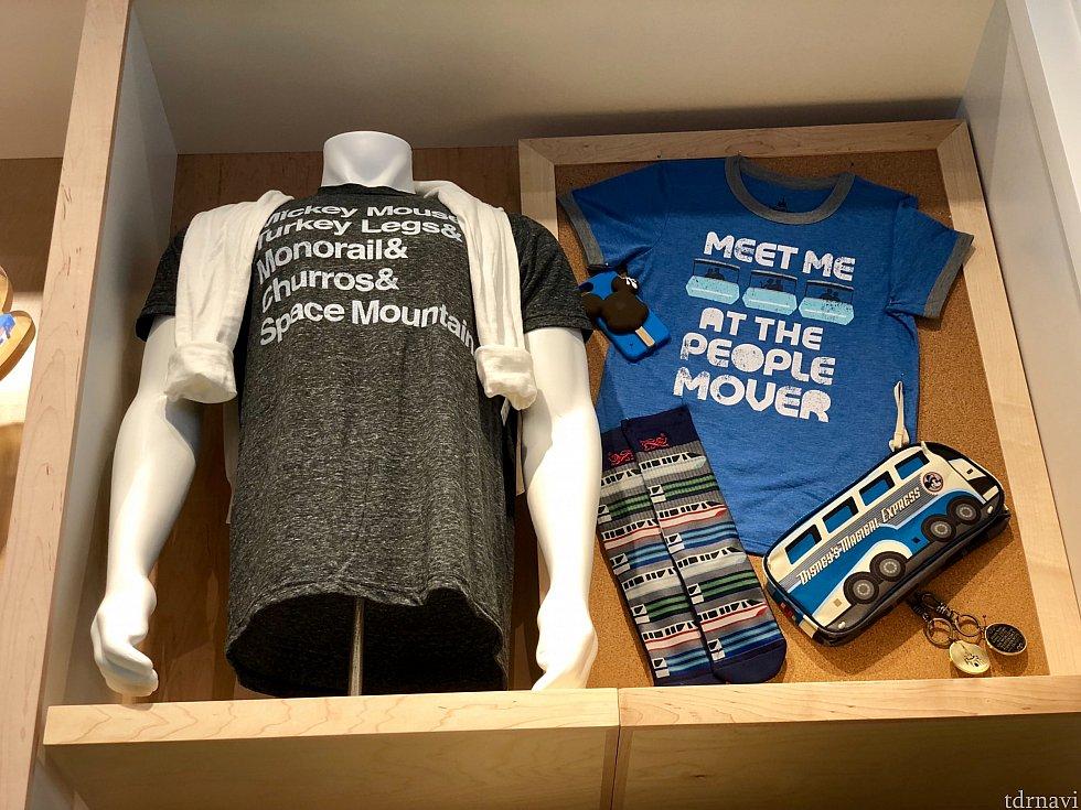 左側はWDWへ行く際のやりたい事リストがプリントされたシャツ。青いシャツは、マジックキングダムのピープルムーバーがテーマのシャツ。他にもここでは紹介出来ないくらいの、アトラクション関連グッズが山ほどありました。