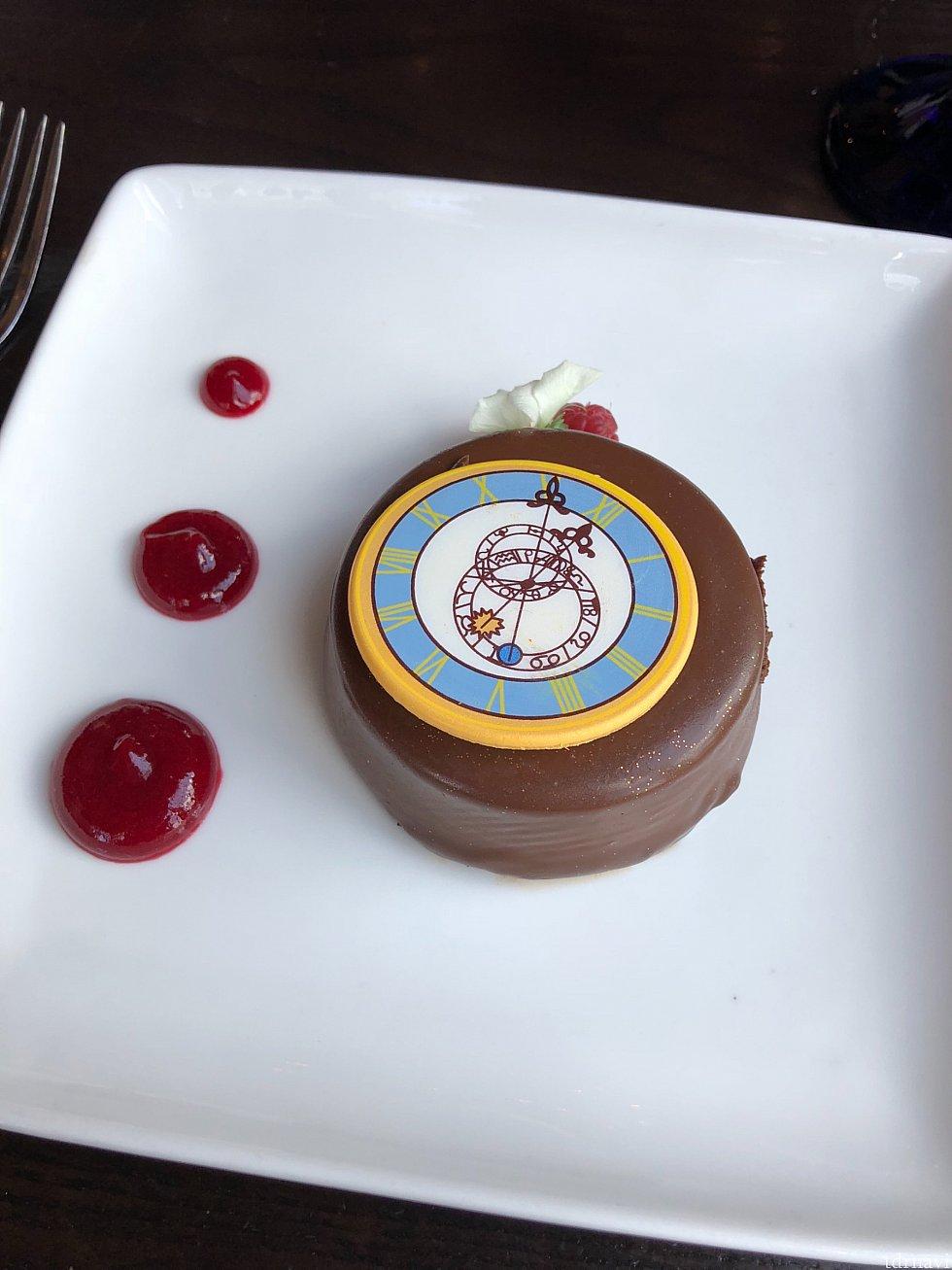 そしてデザート!新しくより可愛くなりました! こちらはThe clock strikes twelve シンデレラ城の時計のデザインに変わりました。 超濃厚チョコケーキです。