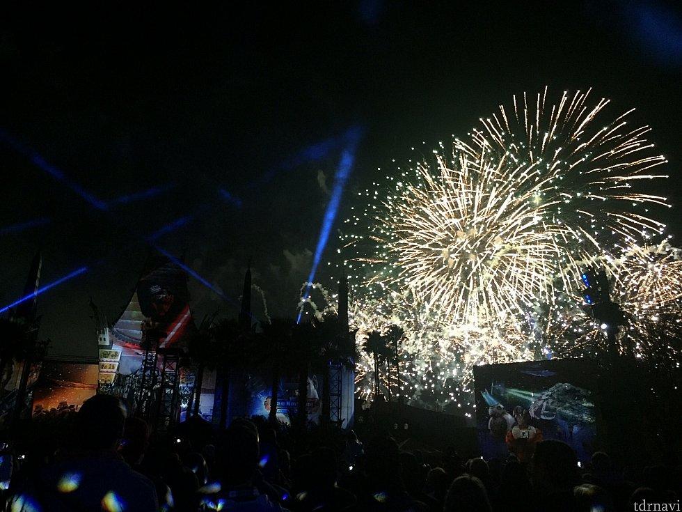 最後はこれでもかという花火とエキサイティングなミュージックでフィナーレを迎えます。嫌でも気分が盛り上がります!