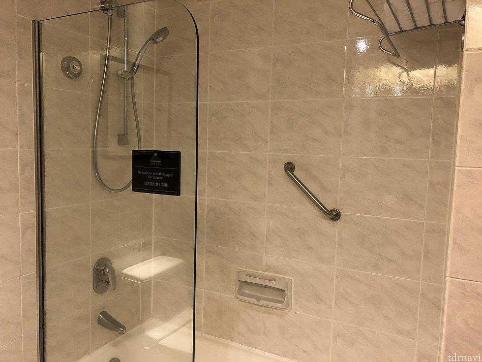 シャワーです バスタブもあります 水圧は◯ しきりがあるので外に水がはねないです!