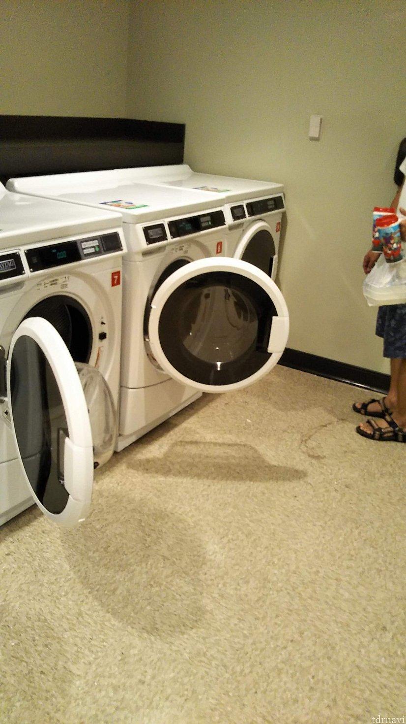 コインランドリーは宿泊階にありました。階ごとにあるかどうかは不明です。プールサイドなどに行かなくて良いから便利でした。 そして、洗濯機と乾燥機が無料でした。3台づつあります。洗剤だけ有料。