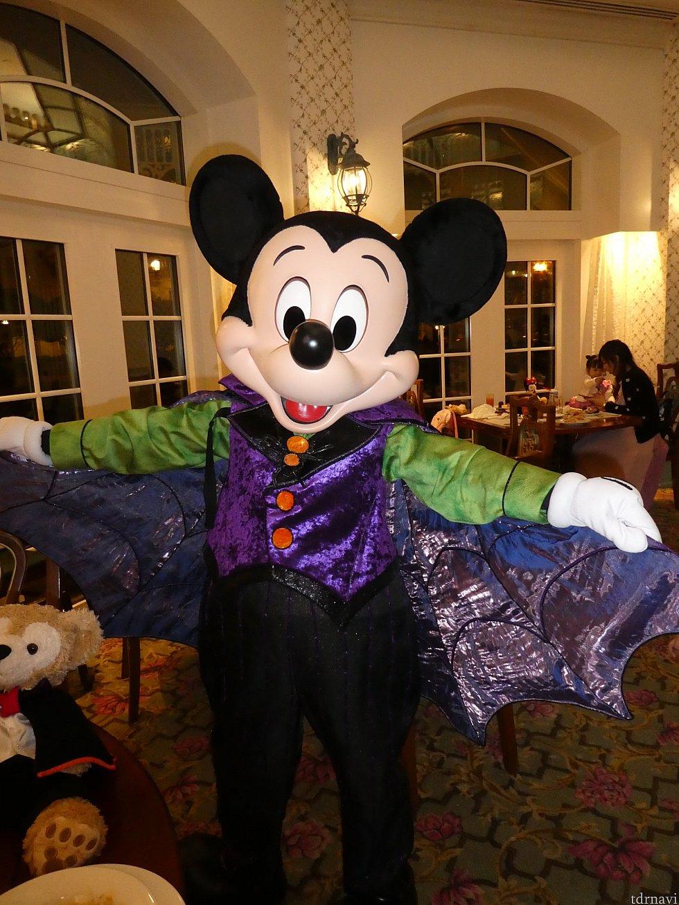ハロウィンなので、ミッキーはコウモリマント衣装
