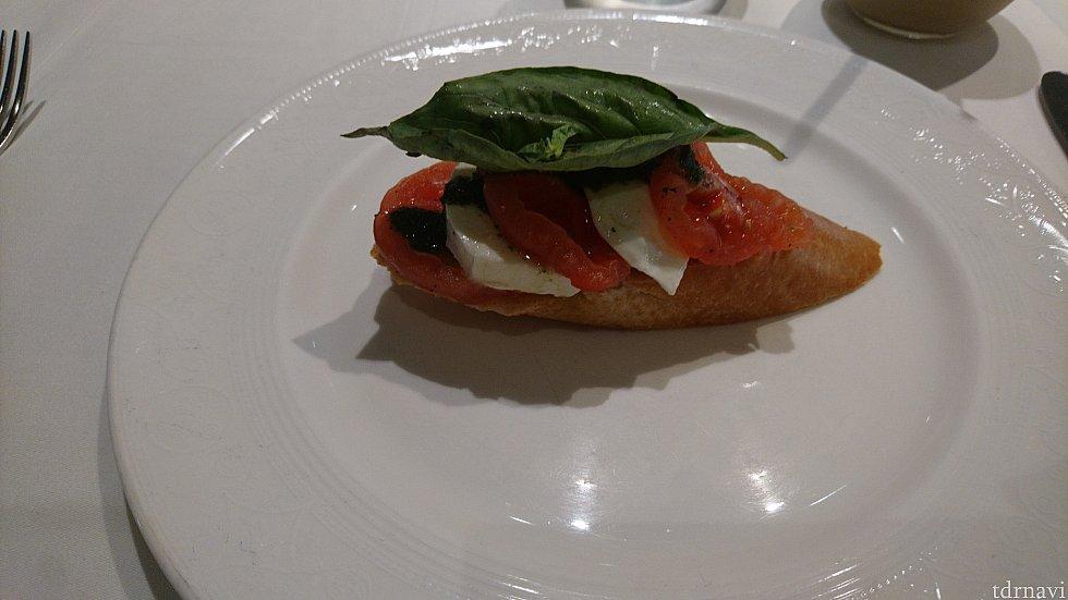 【昼食】 バゲットにトマトとモッツァレラチーズにオリーブオイルとシンプルですが美味しいです!
