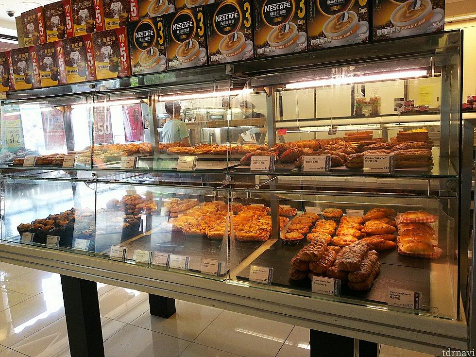 入ってすぐ左には店内で焼いているパンやマフィンが。好きなものをトングでトレーに取って、カウンターに持って行き、袋詰めとバーコードを貼って貰います。