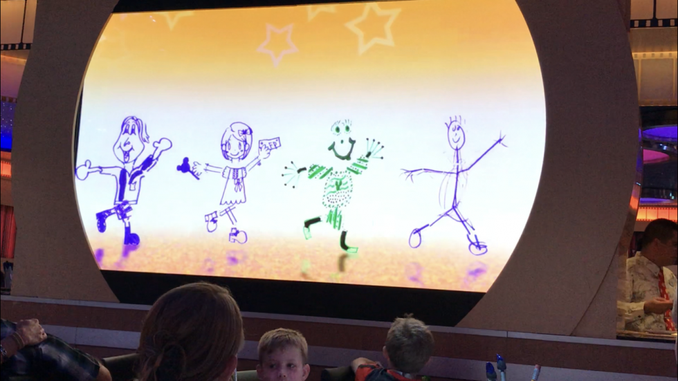 私が描いた絵も踊ってます(笑)ちゃんとファストパス持ってる(笑)ディズニーキャラも登場し、プリンセスと踊ったり共演してました。