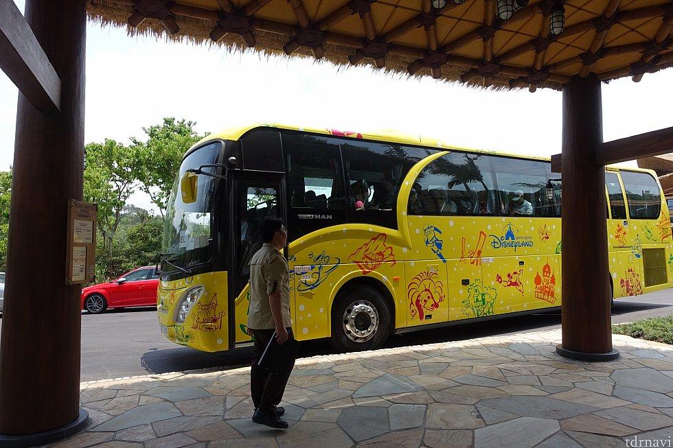 新しいデザインのシャトルバスが運行中