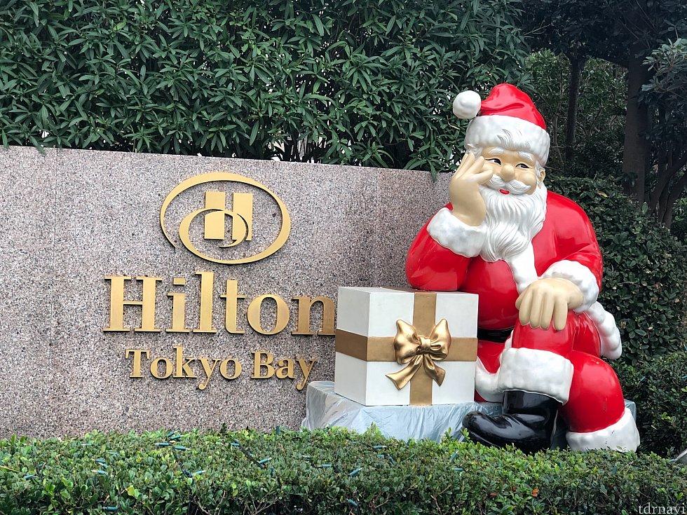 サンタクロースがプレゼント持ってお客様を待機🎁