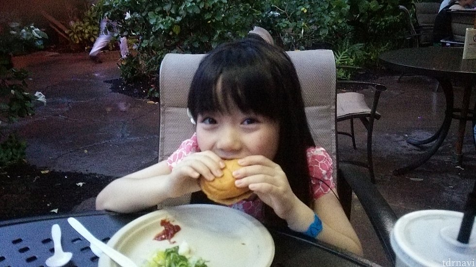 ケイキ(子供)メニューもある。ケイキメニューのハンバーガーセットにはジュースもつくけどオレンジかリンゴと言われてコーラは?と聞いたら変えてくれた!