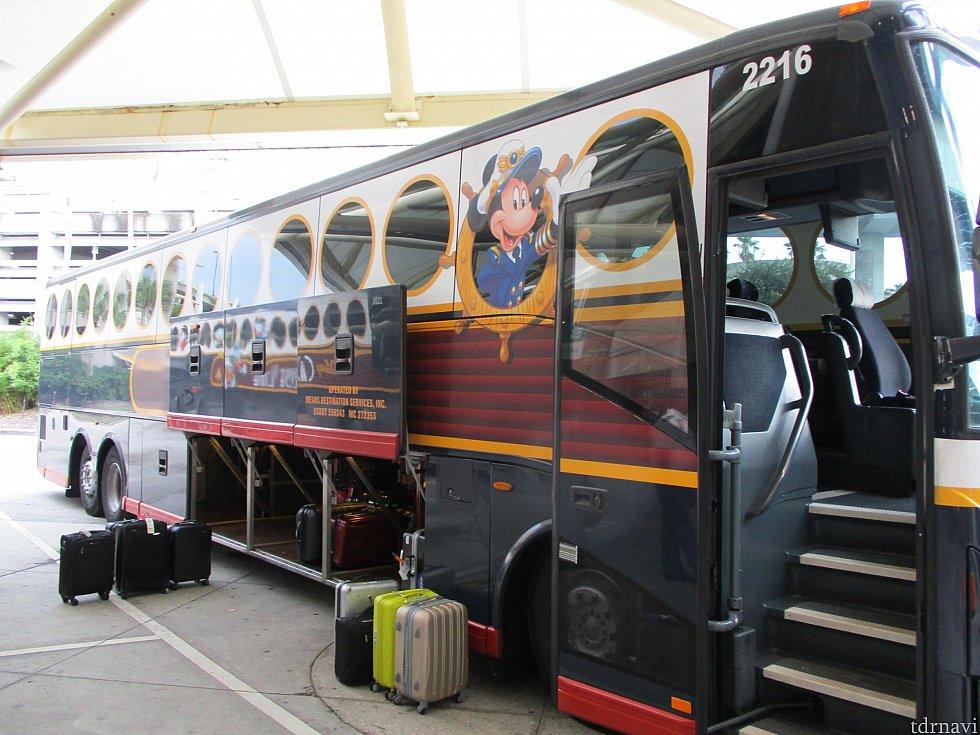 手続き後に指定されたレーンに並び、宿泊するホテル行きのディズニー・マジカルエクスプレスに乗車します。