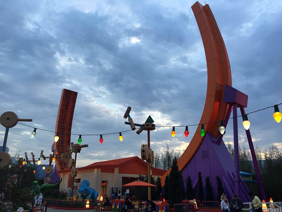 曇り空にオレンジ色のレールが映えます。