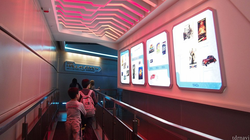 アイアンマンの博物館のような通路