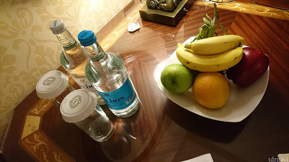 テーブルにはお水と炭酸水、たくさんのフルーツが😍(誕生日だからなのか、MAをもっているからなのか……)