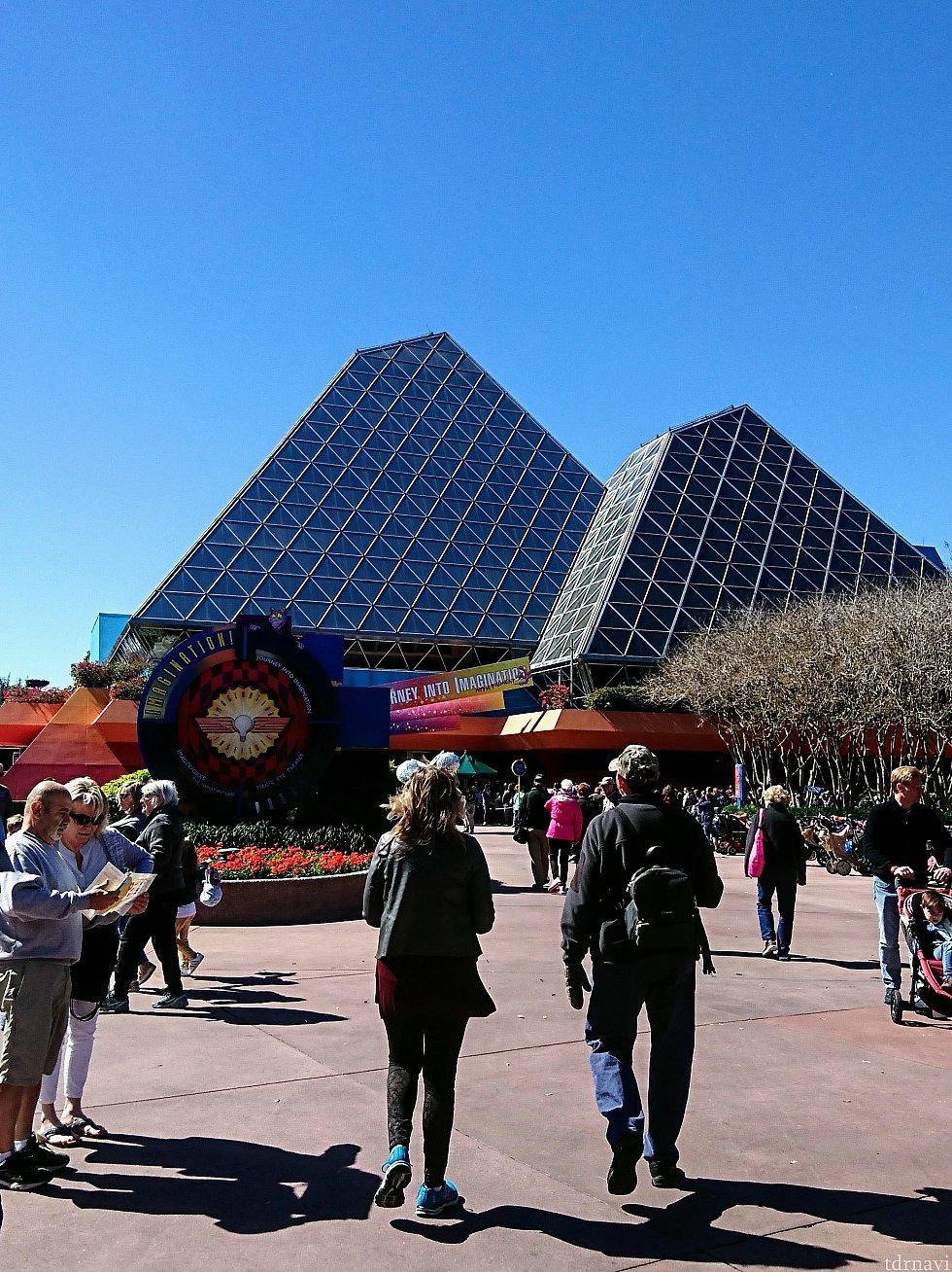 鏡のピラミッドの様な建物。「フィグメンント」のアトラクションは右側。 「イメージワークス」の入口は左側。