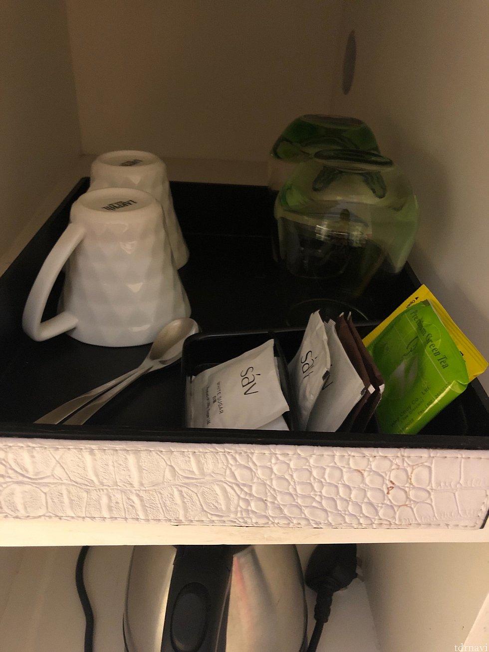 コーヒー、紅茶セット。ポットもあります。