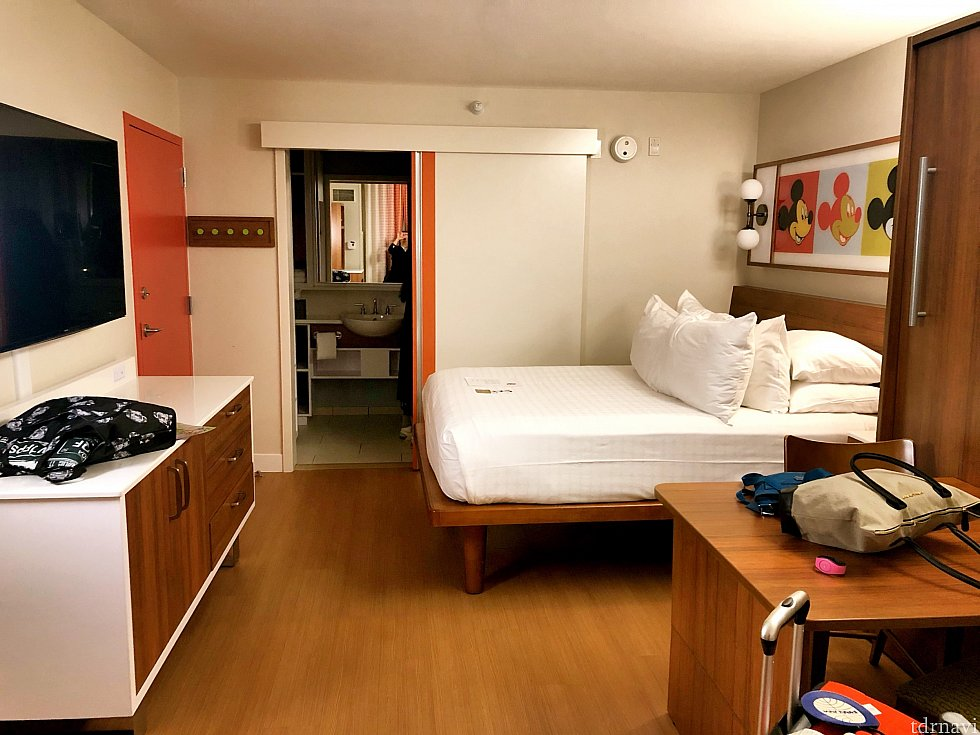 到着後の部屋の様子。手前がテーブル兼もう一つのベッドです。